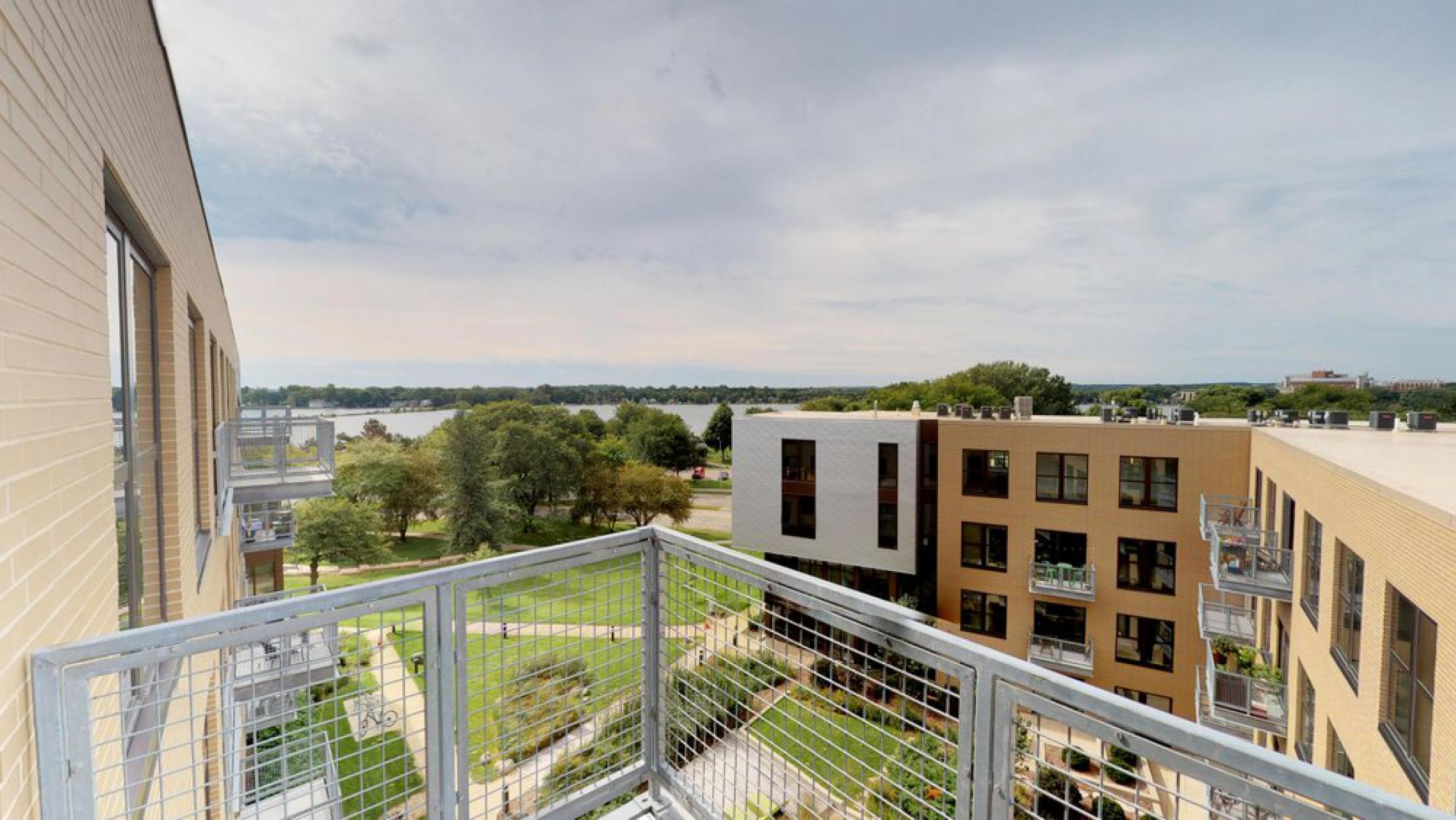 SEVEN27 - Apartments - 529 - Lake View - top floor - balcony - modern